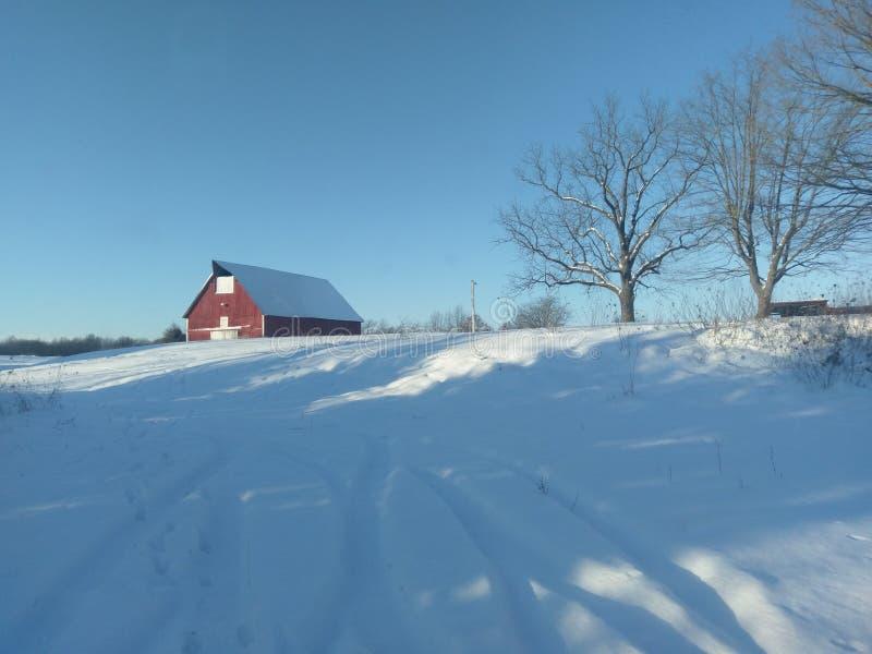 Paisaje del invierno con el granero rojo en Indiana occidental foto de archivo libre de regalías