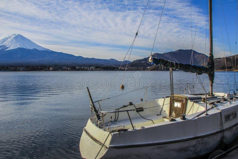 Paisaje del invierno con el monte Fuji, el bosque y el lago Naturaleza de Japón imagenes de archivo