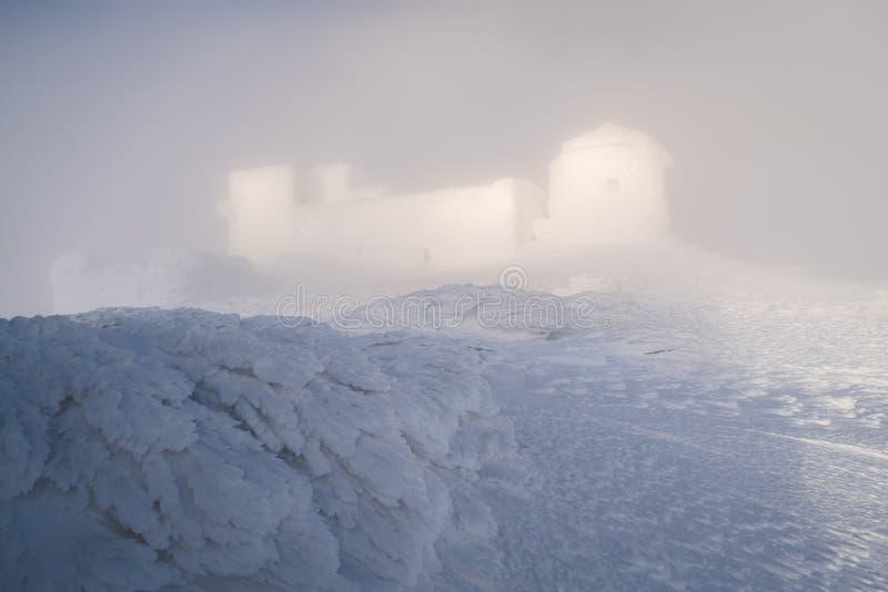 Paisaje del invierno con el observatorio en las montañas imagen de archivo libre de regalías