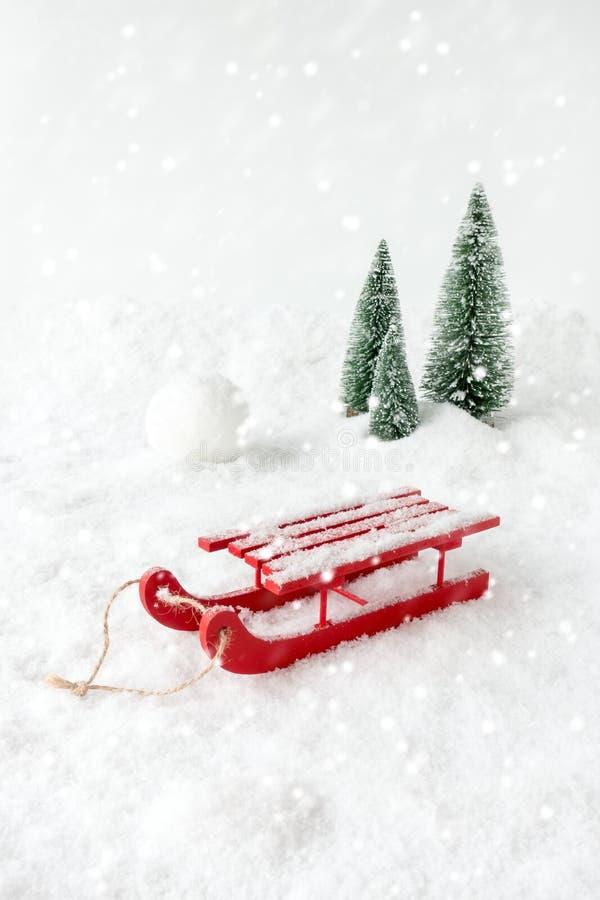 Paisaje del invierno con el trineo en nieve, bola de nieve, abetos y Sn fotos de archivo libres de regalías