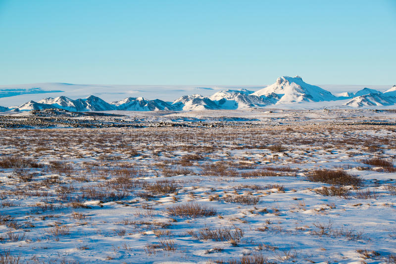 Paisaje del invierno con la cordillera cerca de Langjokull, Islandia fotografía de archivo