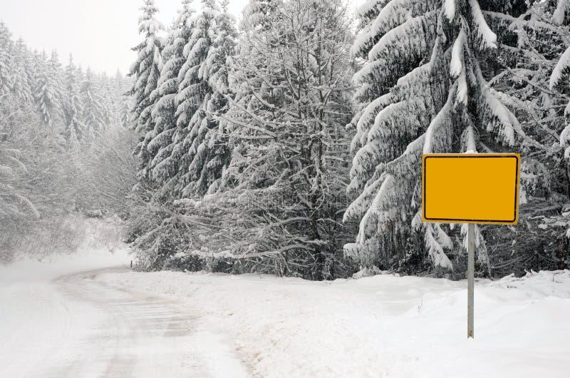 Paisaje del invierno con la muestra de camino imagen de archivo libre de regalías