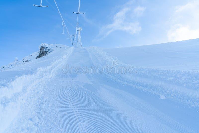 Paisaje del invierno con las montañas y la pista nevadas del esquí en Seefeld, Austria imagenes de archivo