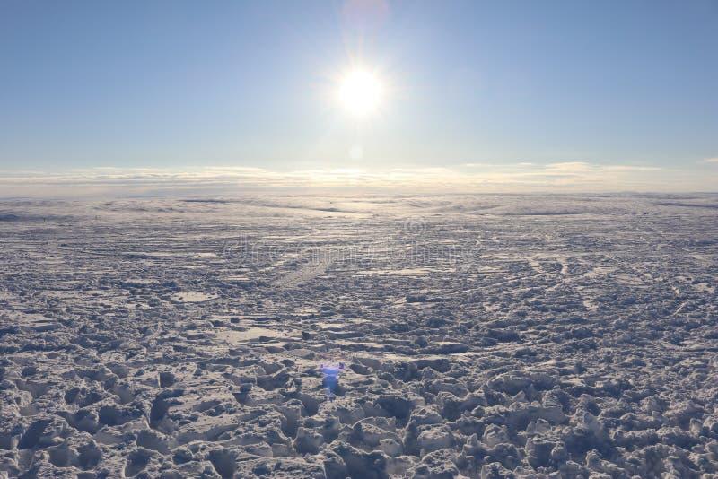 Paisaje del invierno con las nubes imagen de archivo