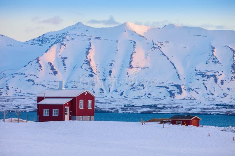 Paisaje del invierno de Islandia con la casa viva solitaria colocada del fiordo en el amanecer cerca de Akureyri, Islandia septen imagen de archivo
