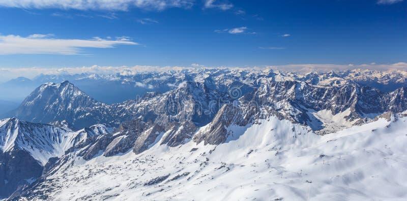 Paisaje del invierno de la montaña alpina de las montañas imagen de archivo