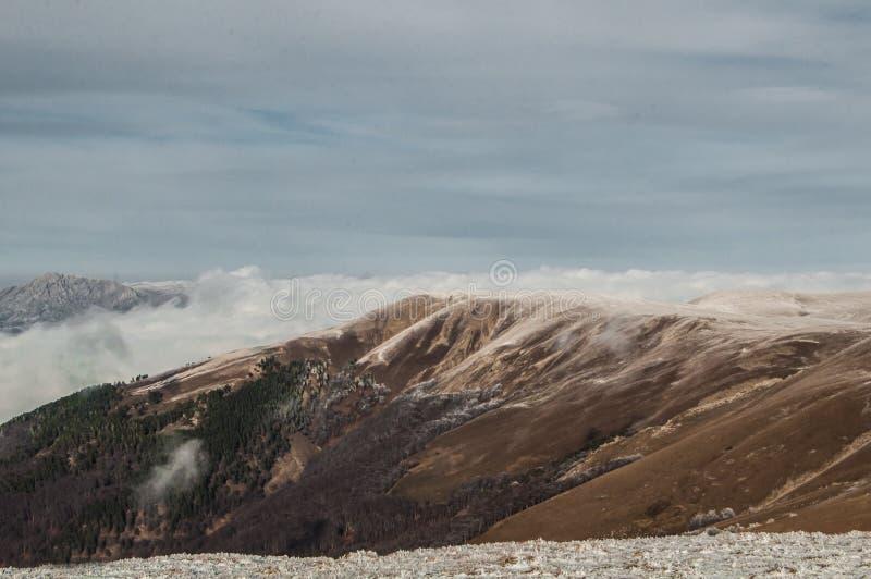 Paisaje del invierno de la montaña El sol es brillante foto de archivo
