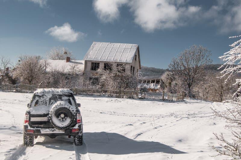 Paisaje del invierno de la montaña El sol es brillante Cabina en las montañas imágenes de archivo libres de regalías