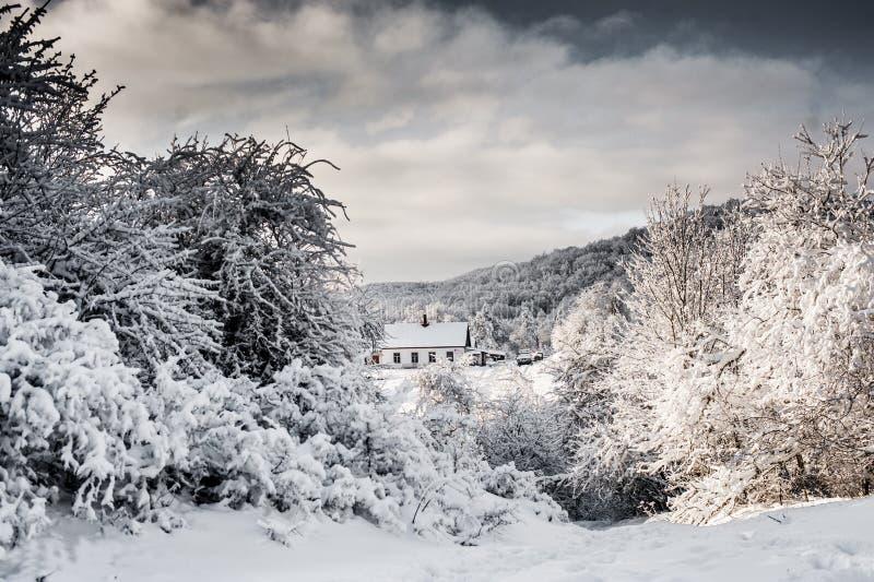 Paisaje del invierno de la montaña El sol es brillante Cabina en las montañas fotos de archivo libres de regalías