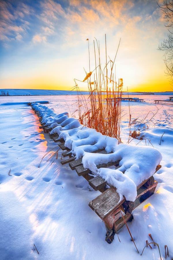 Paisaje del invierno de la tarde imagenes de archivo