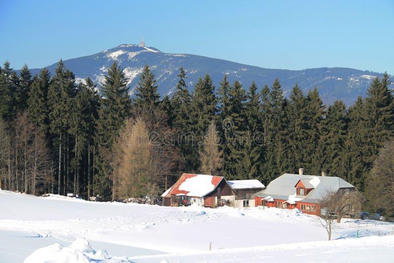 Paisaje del invierno de las montañas de Beskydy imagen de archivo