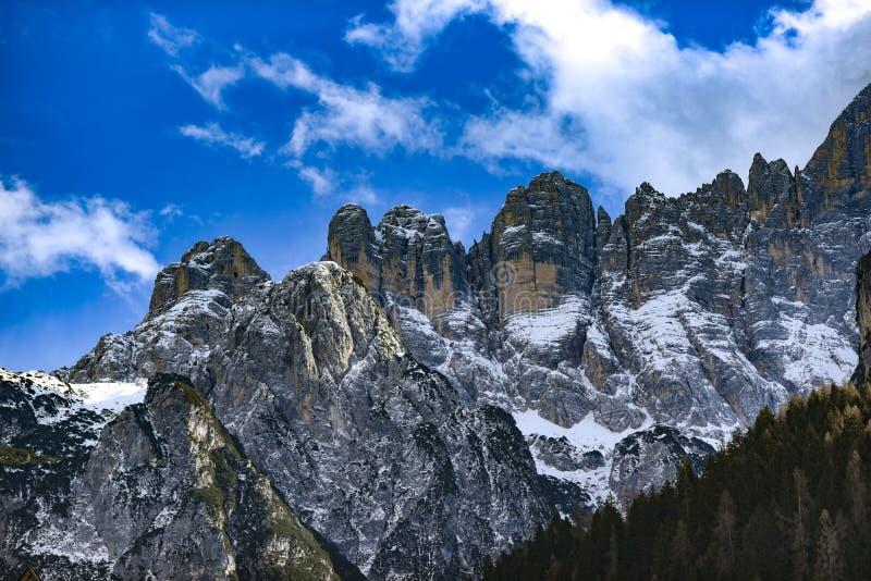 Paisaje del invierno de las montañas de las dolomías en Italia fotografía de archivo libre de regalías