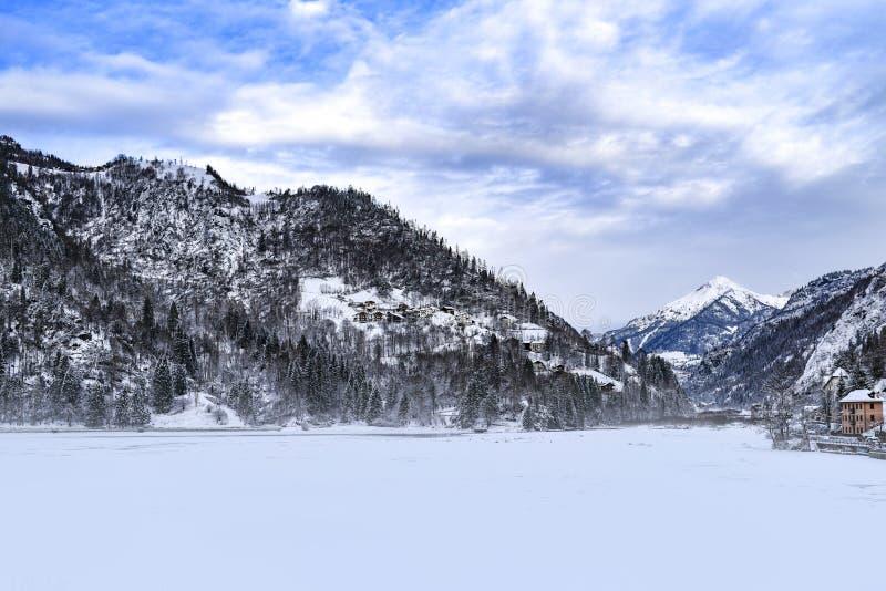 Paisaje del invierno de las montañas de las dolomías en Italia fotos de archivo libres de regalías