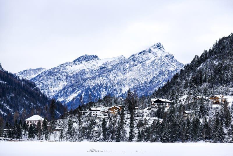 Paisaje del invierno de las montañas de las dolomías en Italia imagenes de archivo