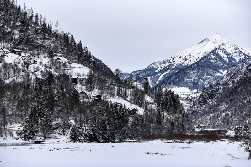 Paisaje del invierno de las montañas de las dolomías en Italia imagen de archivo