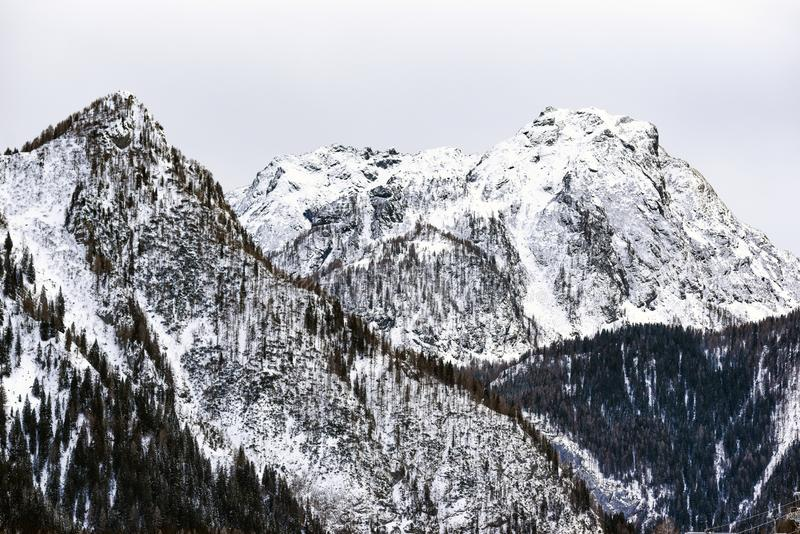 Paisaje del invierno de las montañas de las dolomías en Italia fotos de archivo