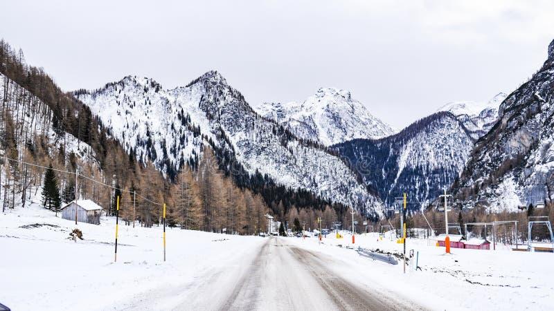 Paisaje del invierno de las montañas de las dolomías en Italia fotografía de archivo