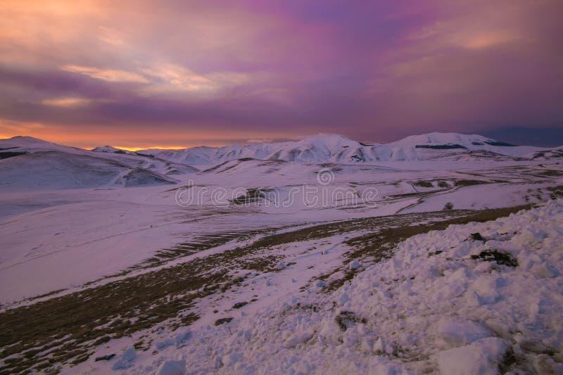 Paisaje del invierno de Umbría con nieve en la puesta del sol en Italia imagen de archivo libre de regalías