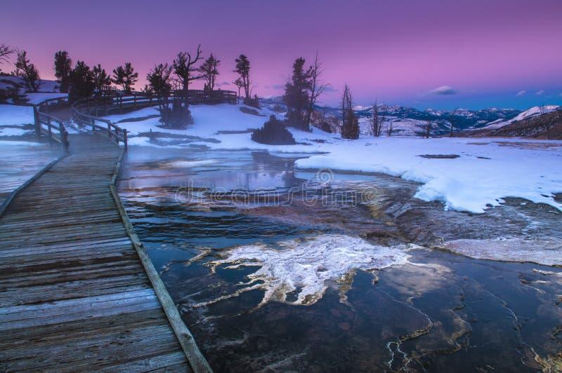 Paisaje del invierno de Yellowstone en la puesta del sol fotos de archivo