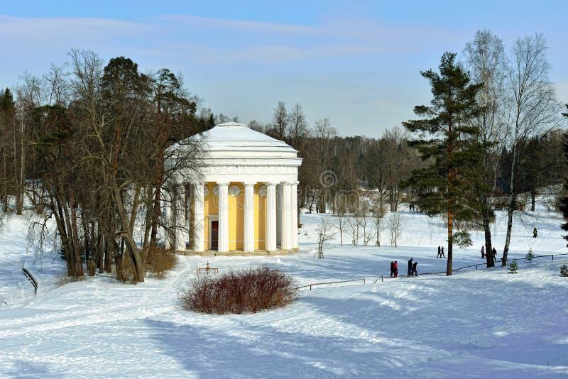 Paisaje del invierno del jardín de Pavlovsk Templo de la amistad fotografía de archivo