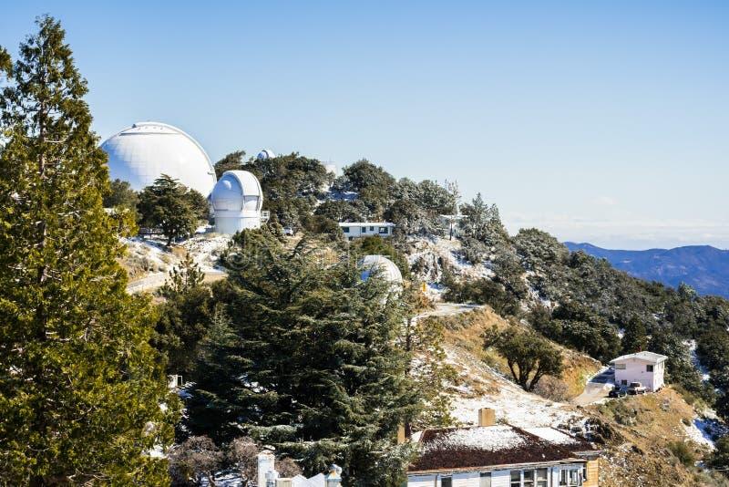 Paisaje del invierno en el complejo del observatorio Lick (poseído y actuado por la Universidad de California) encima de Mt Hamil fotos de archivo