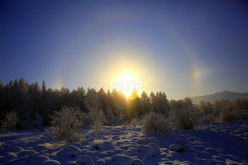 Paisaje del invierno en las montañas de Altai imagenes de archivo