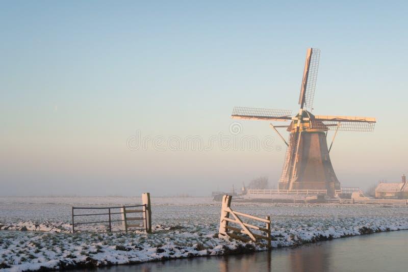 Paisaje del invierno en los Países Bajos con un molino de viento fotografía de archivo