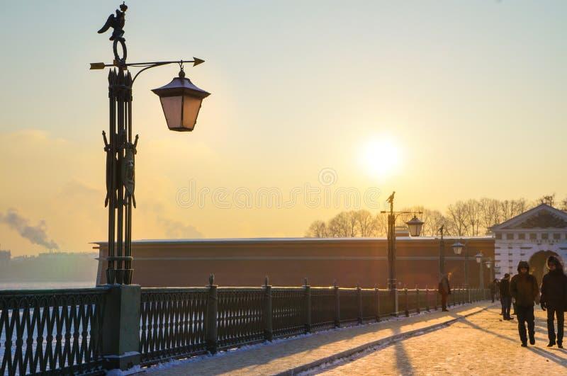 Paisaje del invierno en un día escarchado En el invierno St Petersburg, la gente camina en la fortaleza Linterna vieja en los for fotografía de archivo