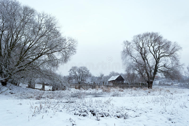 Paisaje del invierno La primera nieve en el pueblo fotos de archivo libres de regalías