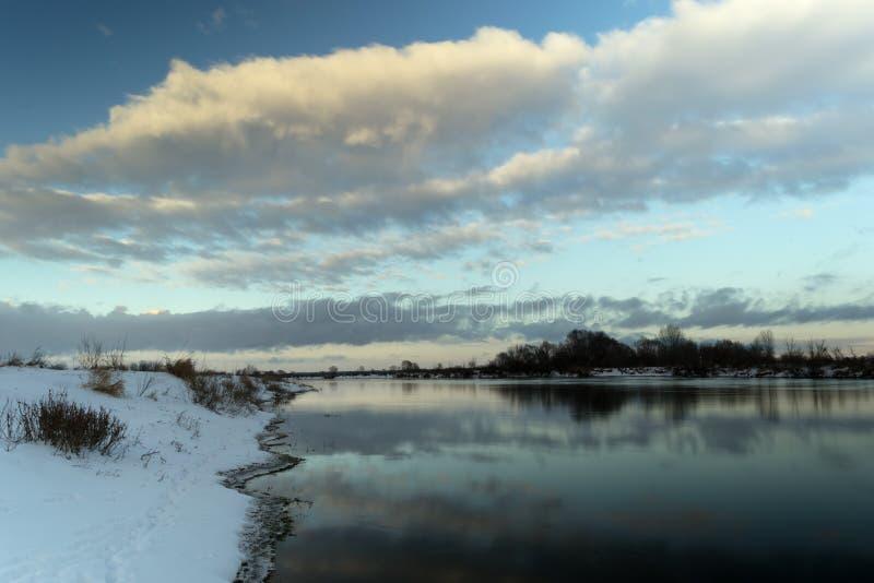 Paisaje del invierno Orilla del río fotos de archivo libres de regalías
