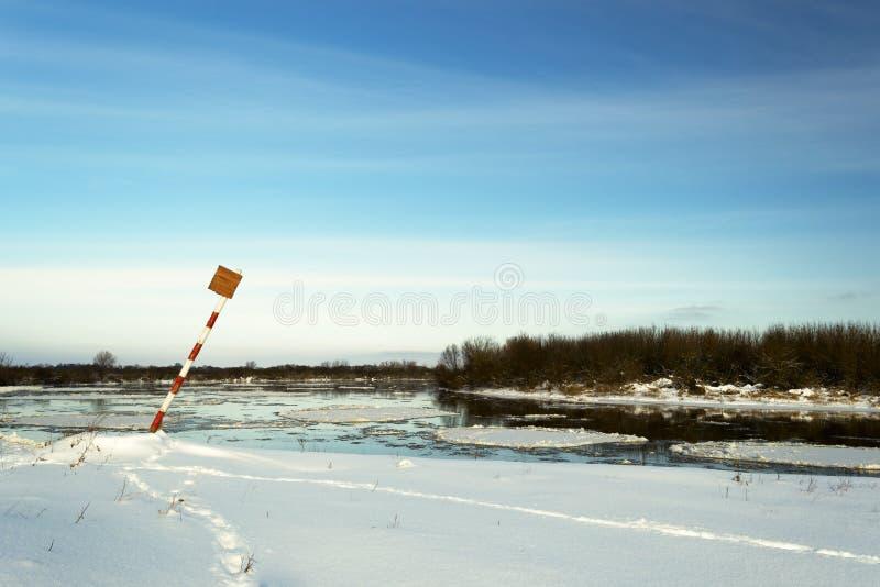 Paisaje del invierno Orilla del río imagenes de archivo