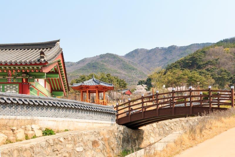 paisaje del jardín coreano con la casa tradicional coreana fotos de archivo