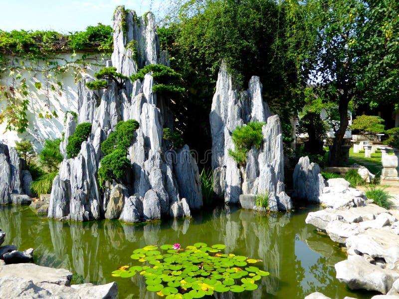 Paisaje del jardín de rocalla foto de archivo libre de regalías