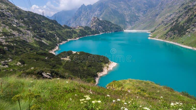 Paisaje del lago Barbellino un lago artificial alpino Agua de la turquesa Monta?as italianas Italia Orobie fotografía de archivo