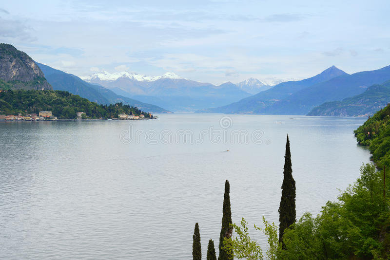 Paisaje del lago Como. Árboles y montañas. Italia fotos de archivo