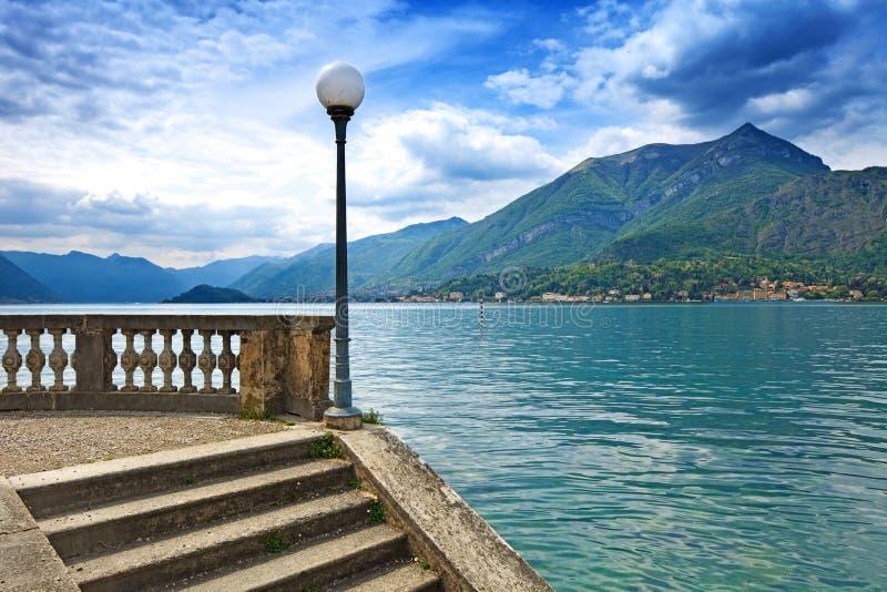 Paisaje del lago Como. Lámpara, escaleras y agua. Bellagio Italia foto de archivo