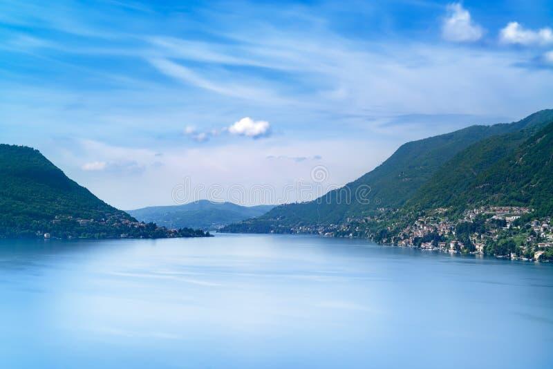 Paisaje del lago Como. Pueblo, árboles, agua y montañas de Cernobbio. Italia imagenes de archivo