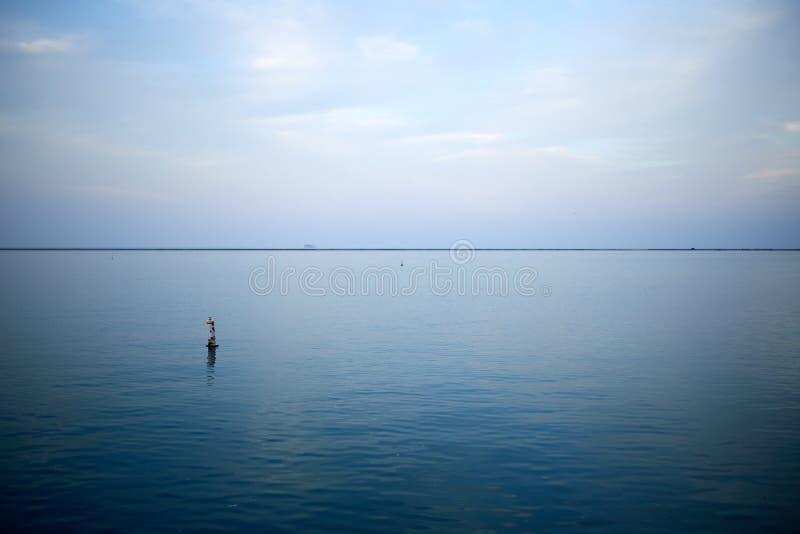 Paisaje del lago de la puesta del sol de Minimalistic imágenes de archivo libres de regalías