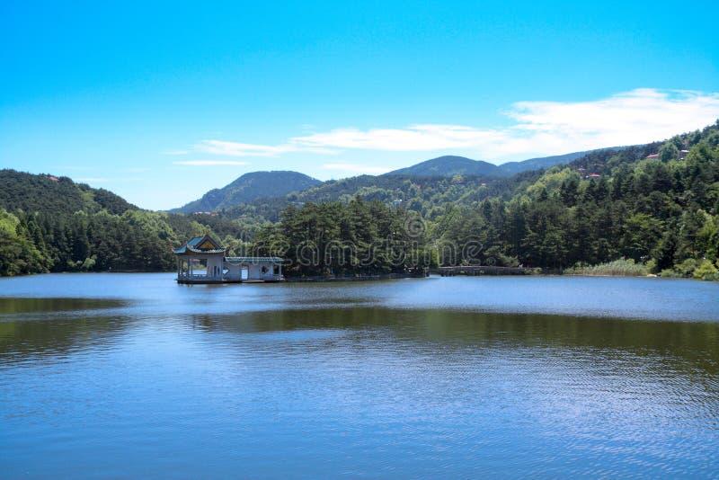 Paisaje del lago en el verano fotos de archivo