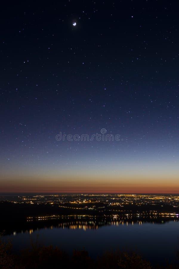 Paisaje del lago en la noche imagenes de archivo