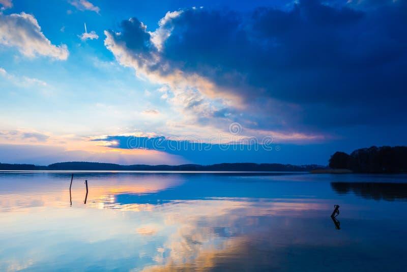 Paisaje del lago en la puesta del sol colorida fotografía de archivo libre de regalías