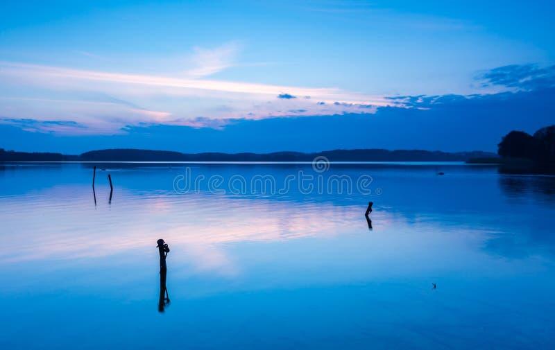 Paisaje del lago en la puesta del sol colorida imagenes de archivo