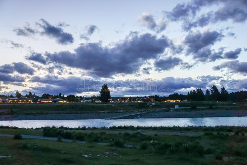 Paisaje del lago en puesta del sol en Tekapo Nueva Zelanda fotos de archivo libres de regalías