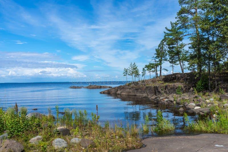 Paisaje del lago Ladoga a la isla de Valaam en un día soleado foto de archivo