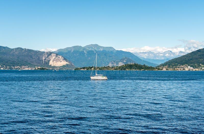 Paisaje del lago Maggiore en un día de verano, Laveno Mombello foto de archivo