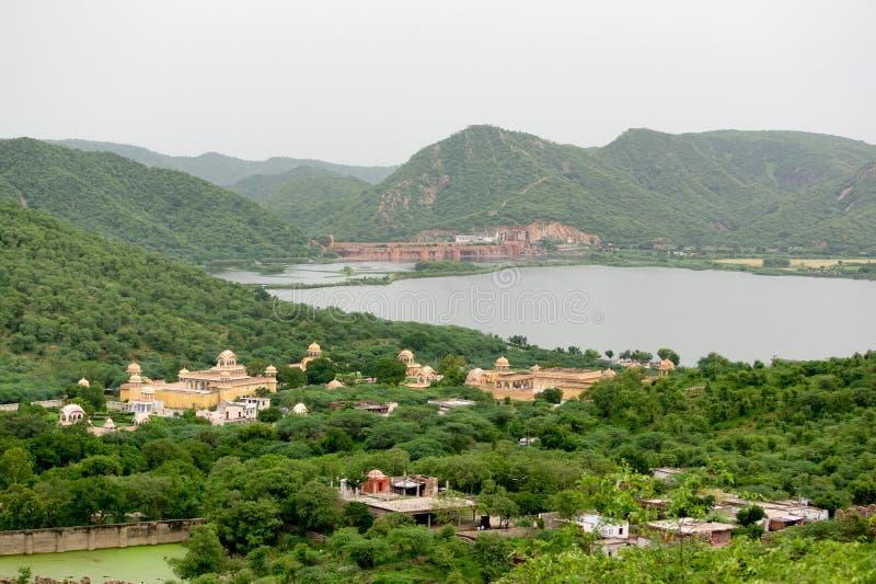 Paisaje del lago Man Sagar con el templo Hanuman y Govind Devji cerca de Jaipur, India imagen de archivo