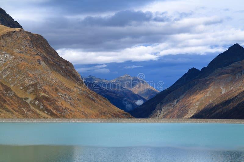Paisaje del lago mountain en el depósito de Silvretta fotografía de archivo