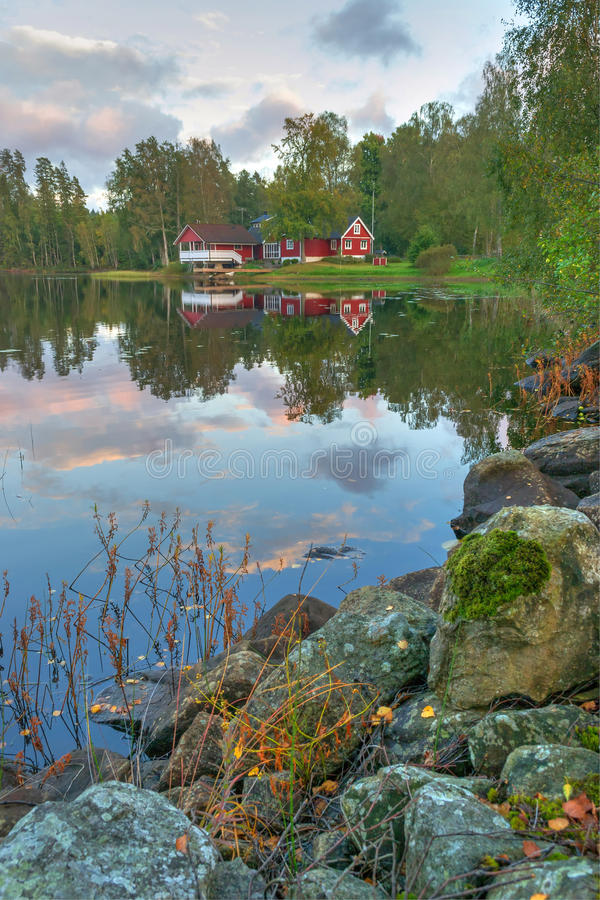 Paisaje del lago september en la visión vertical fotos de archivo