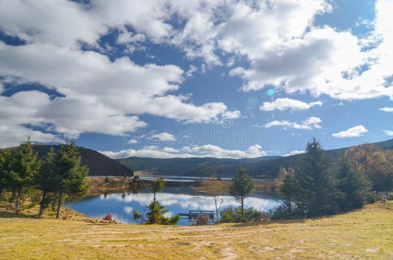 Paisaje del lago Shudu en la estaci?n del oto?o en el parque nacional de Pudacuo imágenes de archivo libres de regalías