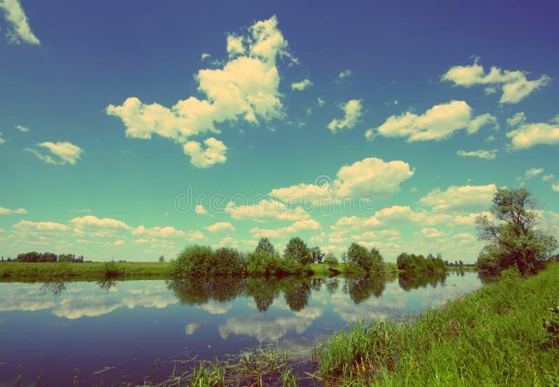 Paisaje del lago summer - estilo retro del vintage fotos de archivo libres de regalías